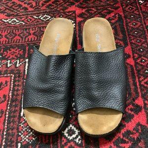 High Sierra Shoes - ‼️$20 SALE‼️ Vintage Blk Pebbled Leather Slides 8